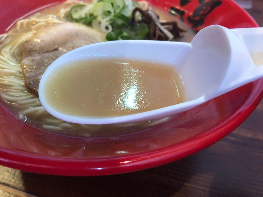 一連のラーメンのスープ
