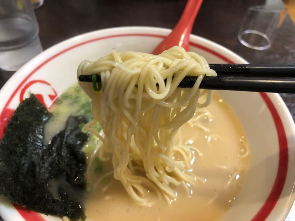 まる孔ラーメンの麺